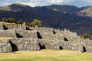 Partez-à-la-découverte-des-ruines-de-Sacsayhuamán-une-forteresse-inca-située-à-proximité-de-la-ville-de-Cuzco-au-Pérou